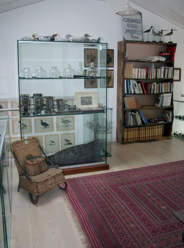 Stanza dedicata alle collezioni di oggetti di pesca e caccia.